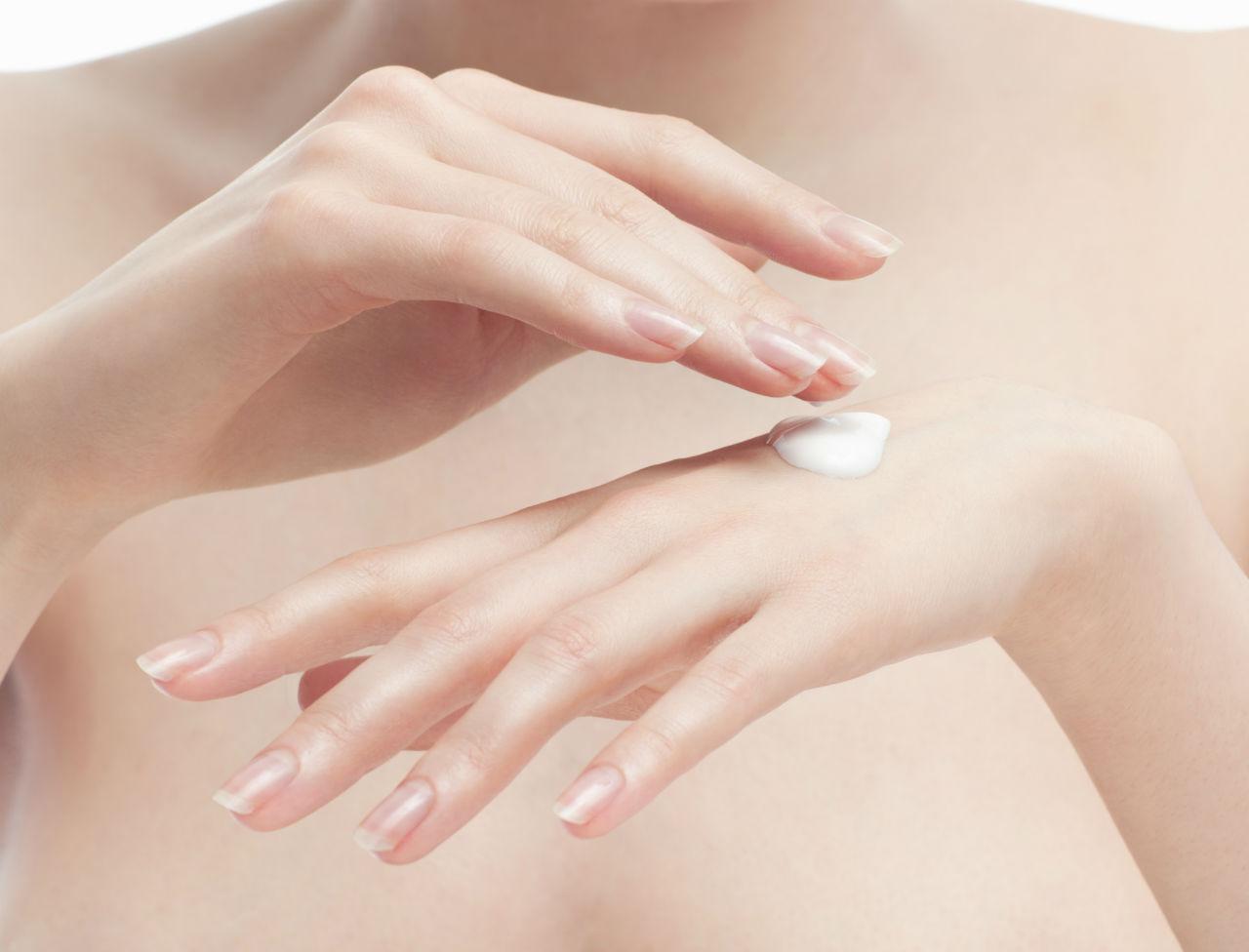 Pentru maini frumoase iarna , protejeaza-le de frig ! Aplica aceasta crema facuta in casa si ridurile vor disparea