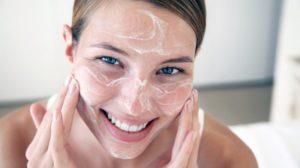 Femeile din întreaga lume aplică bicarbonatul de sodiu sub ochii lor