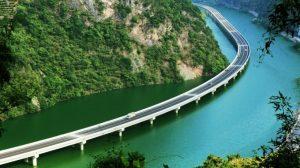 Pentru a nu distruge mediul şi pădurea, chinezii au construit un drum pe apă