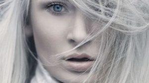 SPUNE ADIO firelor albe: Acest amestec redă părului culoarea sa naturală! (REȚETĂ)