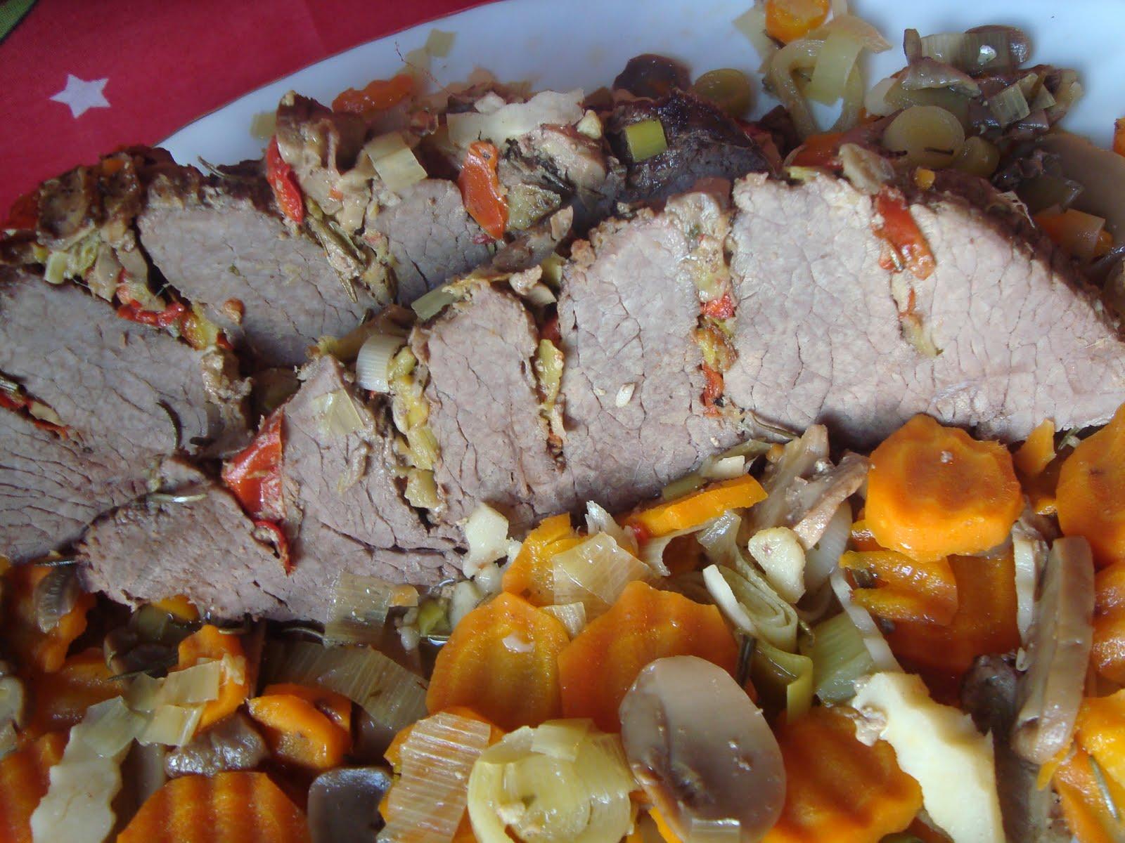 Friptura de vita impanata pe pat de legume