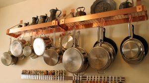 Cum cureți o oală plină de grăsime și arsură fără să freci? Trucuri folosite de bucătari