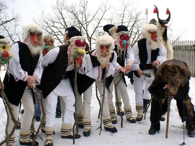 Obiceiuri şi tradiţii de Anul Nou: Pluguşorul, Capra, umblatul cu Ursul, Sorcova. Cele mai frumoase obiceiuri din ţara noastră