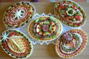 Idei pentru ornat platourile de aperitive pentru o masa aleasa