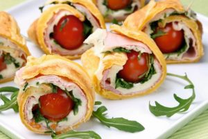 Rulouri din omletă  cu rosii cherry
