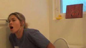 A intrat în baie peste soţia lui și s-a ÎNGROZIT de ce făcea femeia. A DIVORȚAT