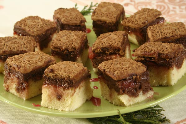 Prăjitură cu cremă de ciocolată și jeleu de căpșuni