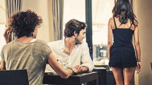 Dupa 17 ani de casnicie, un barbat s-a despartit de sotie in favoarea secretarei lui, o femeie mai tanara…