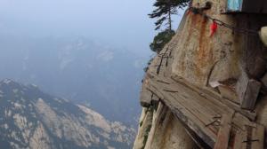 """Acesta este cel mai periculos traseu din lume! Locul se numește """"Calea morții"""" unde se estimează că aproximativ 100 de turiști mor în fiecare an"""