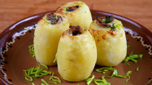 Cartofi umpluţi cu brînză şi ciuperci