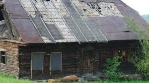 A moștenit de la bunici o casă la țară, în inima munților. Casa era dărăpânată și părăsita de ani buni, dar e uimitor ce au reușit să facă cu ea. Iată cum arată acum