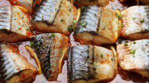 Salvează această rețetă! Atunci când se mănâncă pește, e delicioasă – Macrou cu lămâie în sos de roșii la cuptor