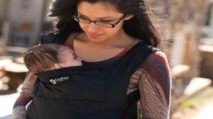 O studentă a venit la cursuri cu bebelușul ei. Copilul a început să facă gălăgie, când profesorul s-a ridicat brusc şi s-a dus direct la mămică. Nimeni nu s-a aşteptat la ce a urmat, uite ce a făcut bărbatul:
