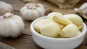 De ce se recomandă doar să mesteci usturoiul dimineața pe stomacul gol!