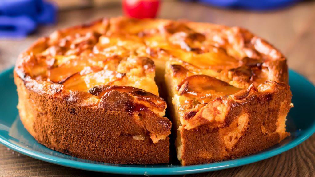 Cea mai suculentă prăjitură cu mere si sos de caramel– mai gustoasă decât checul