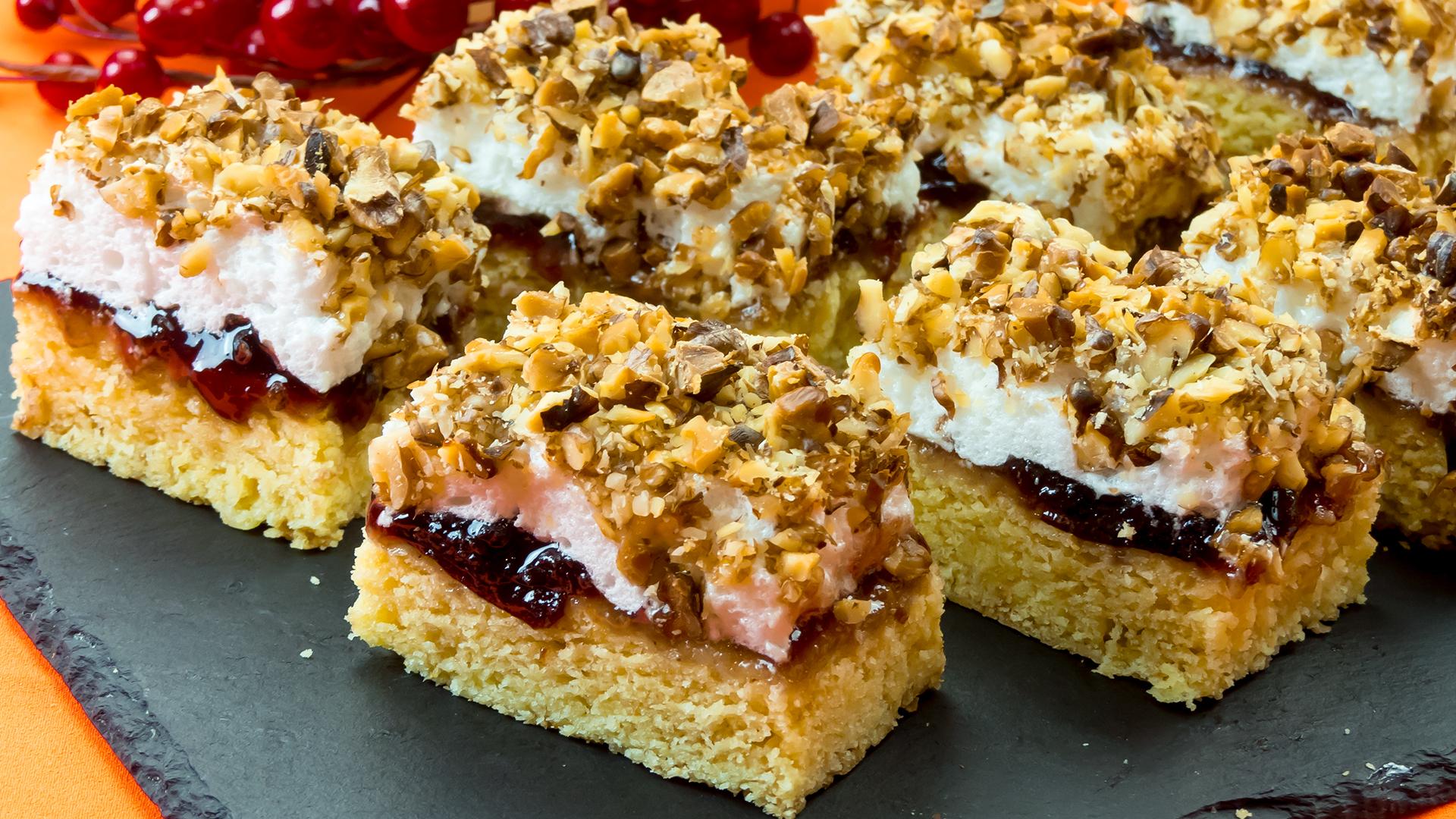 """Prajitura """"Damenkapritzen"""" cu nuca și marmelada – o rețetă veche, păstrată de peste 100 de ani!"""