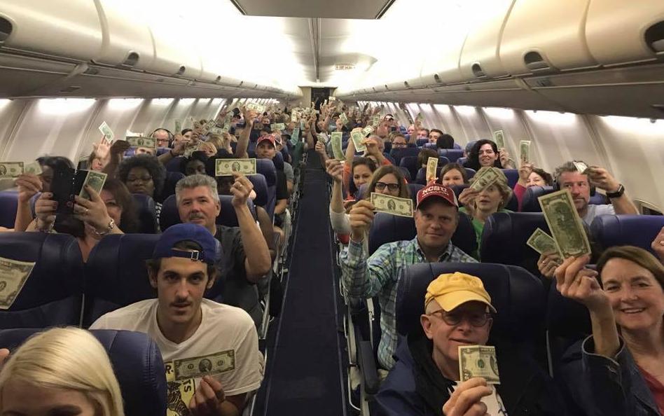 S-a urcat în avion și a dat fiecărui pasager o bancnotă. Nu erau mulți bani, dar oamenilor tot nu le venea să creadă. Abia când a explicat de ce a făcut-o, un avion plin cu oameni