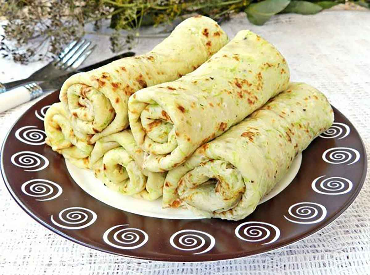 Clătite de dovlecei cu sos de smântână și verdeață. Merită încercate, sunt extraordinare!