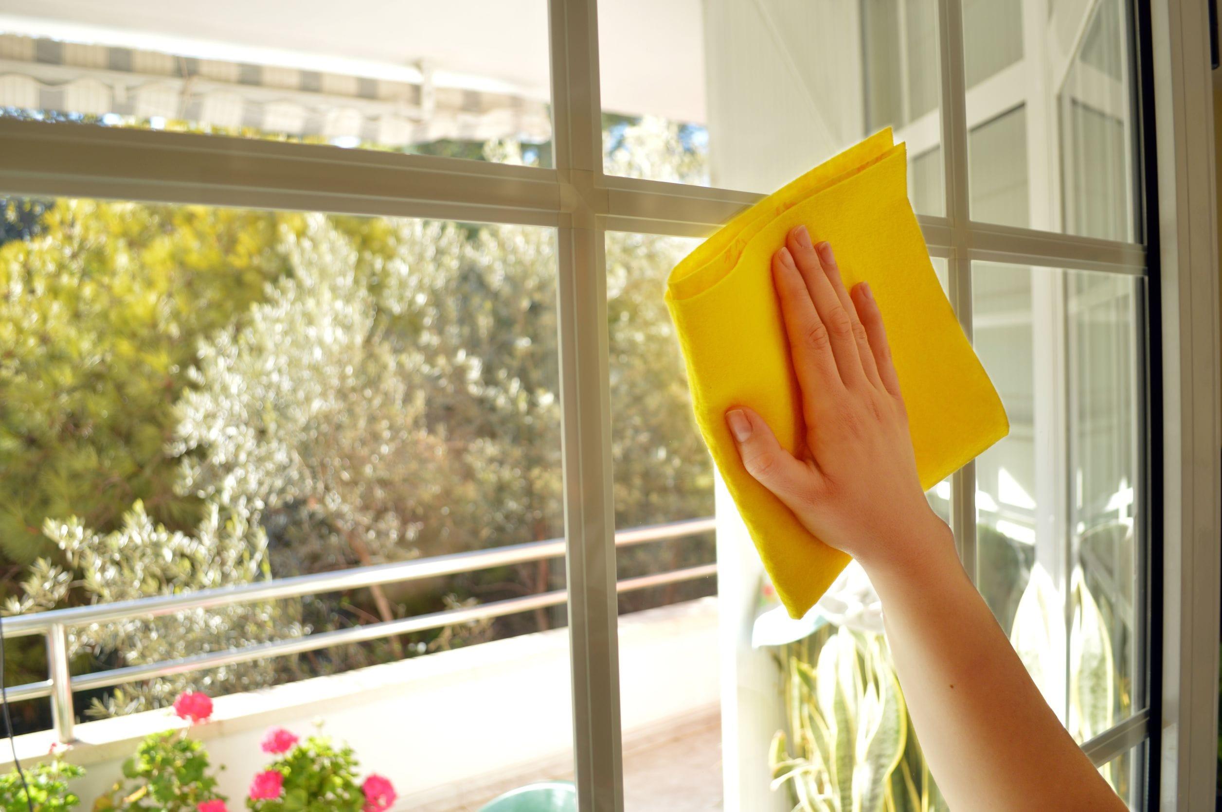 Amestecul din sare și oțet – Cea mai bună soluție pentru ștergerea geamurilor
