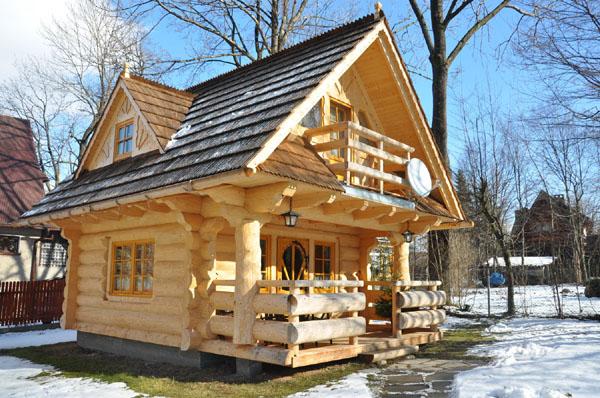 Cabana are două dormitoare, o baie, bucătărie și un living. Interiorul e elegant și cu bun gust
