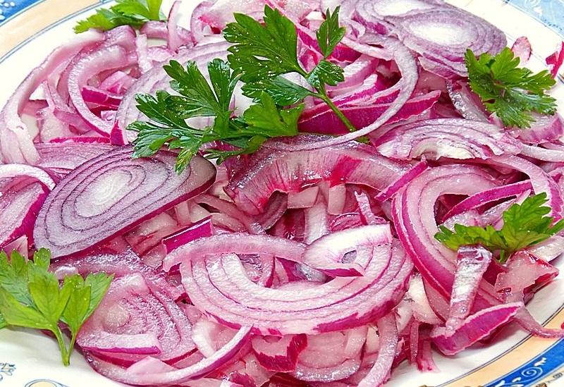 Mănâncă ceapă crudă în fiecare zi – Alimentul care vindecă tusea, răgușeala și scade colesterolul