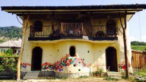 Casa ecologică din Bistriţa. A fost construită de doi fraţi din: lemne, paie şi muşchi de copac