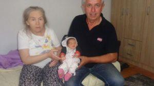 Femeia în vârstă de 60 de ani încercase în ultimii 20 să facă un copil, dar în ziua când a născut-o pe Alina, soțul ei i-a dat o veste care a distrus viețile tuturor, uite ce îi ascunsese timp de luni de zile