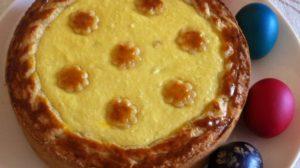 Pască pentru masa de Paște cu brânză, stafide și aluat de cozonac