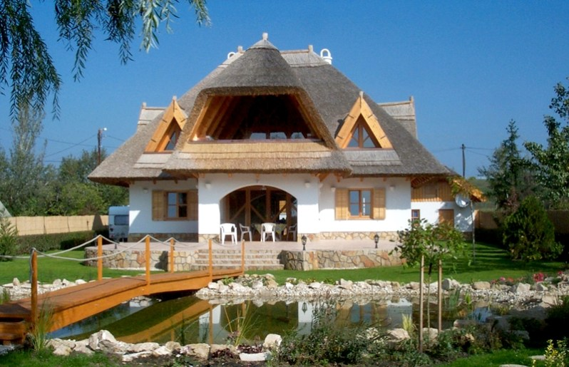 Casă traditională cu structură din lemn, acoperită cu paie – proiect complet