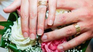 Te-ai întrebat vreodată de ce verighetele se poartă pe al patrulea deget? Iată răspunsul!