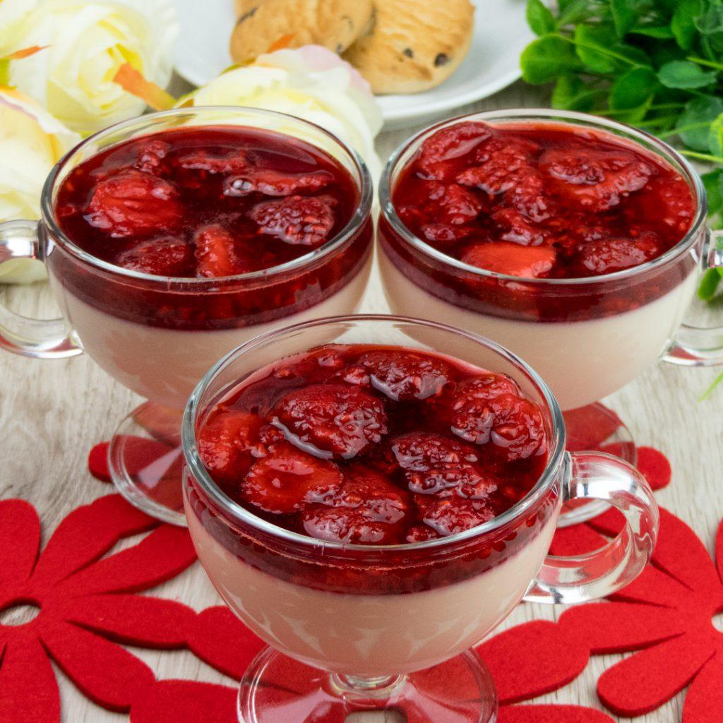 Panna Cotta cu sos din zmeură și căpșune – un desert fin și cremos! Un deliciu aspectuos care este foarte simplu și rapid de preparat