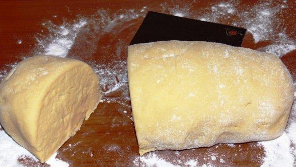 Cum pregătim un aluat fraged pentru plăcinte cu brânză, plăcinte cu mere sau cu gem