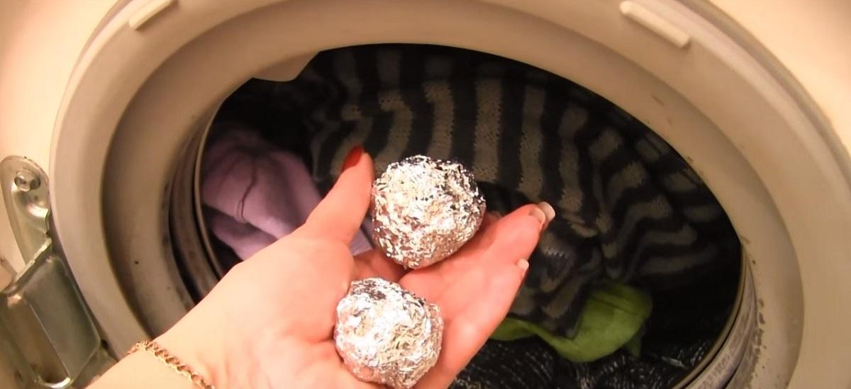 Cum și de ce trebuie să spălați rufele cu ajutorul foliei de aluminiu? O metodă grozavă și foarte utilă!