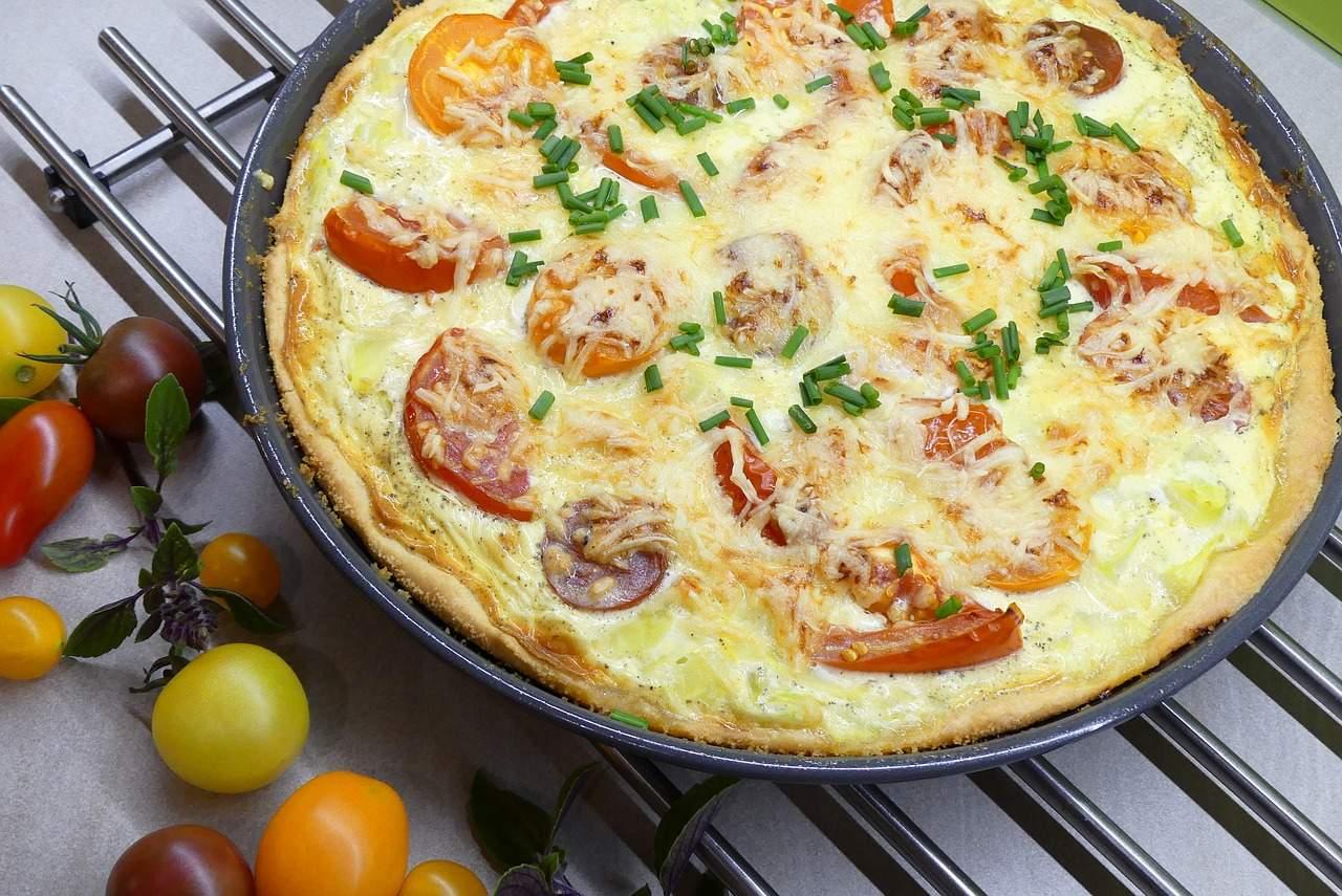 Cum preparăm o delicioasă și aspectuoasă pizza aperitiv cu brânzeturi și legume multicolore!
