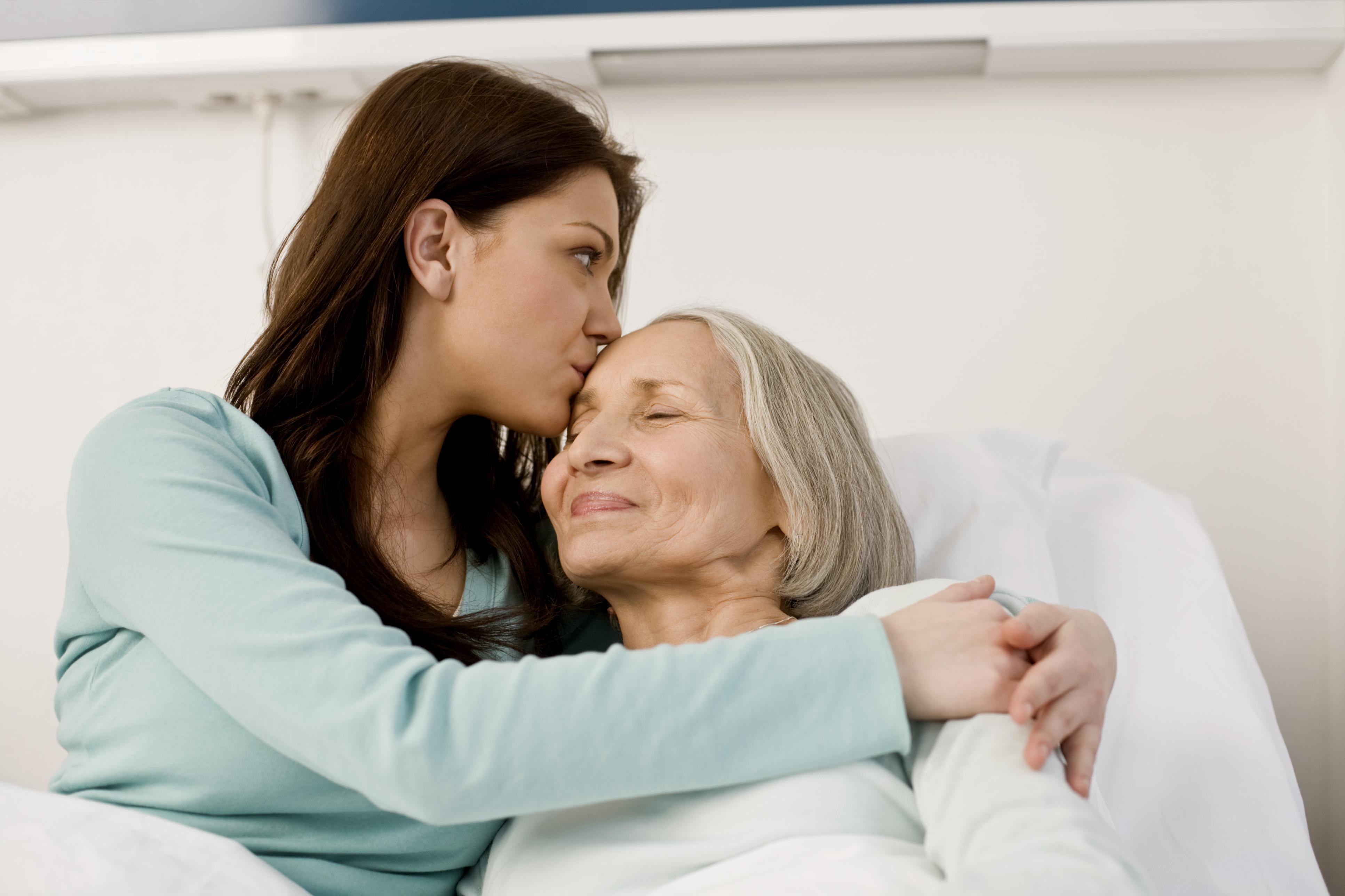 Studiile arată că dacă vei sta mai mult alături de mamă, ea va trăi mai mulți ani