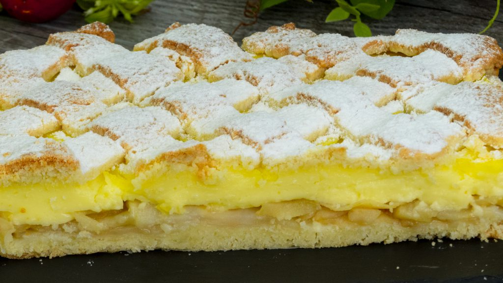 O bunătate cum rar întâlnești – prăjitură cu măr și budincă de vanilie!