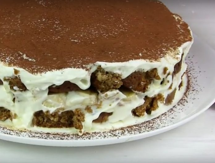 Pentru prepararea acestui tort minunat veți avea nevoie doar de biscuiți, smântână și banane