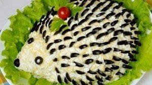 """Salată cu piept de pui în formă de """"Arici"""" – copiii vor fi cei mai încântați și vor mai cere o porție!"""