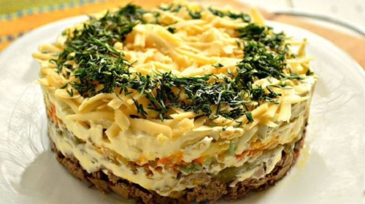 Cea mai fină și delicioasă salată în straturi, cu ficăței de pui – un aperitiv deosebit, ce uimește prin gust și aromă!