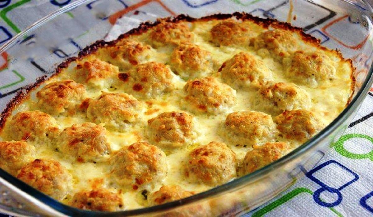 Chifteluțe de pui super fine și suculente în sos alb – o cină perfectă pentru toată familia!