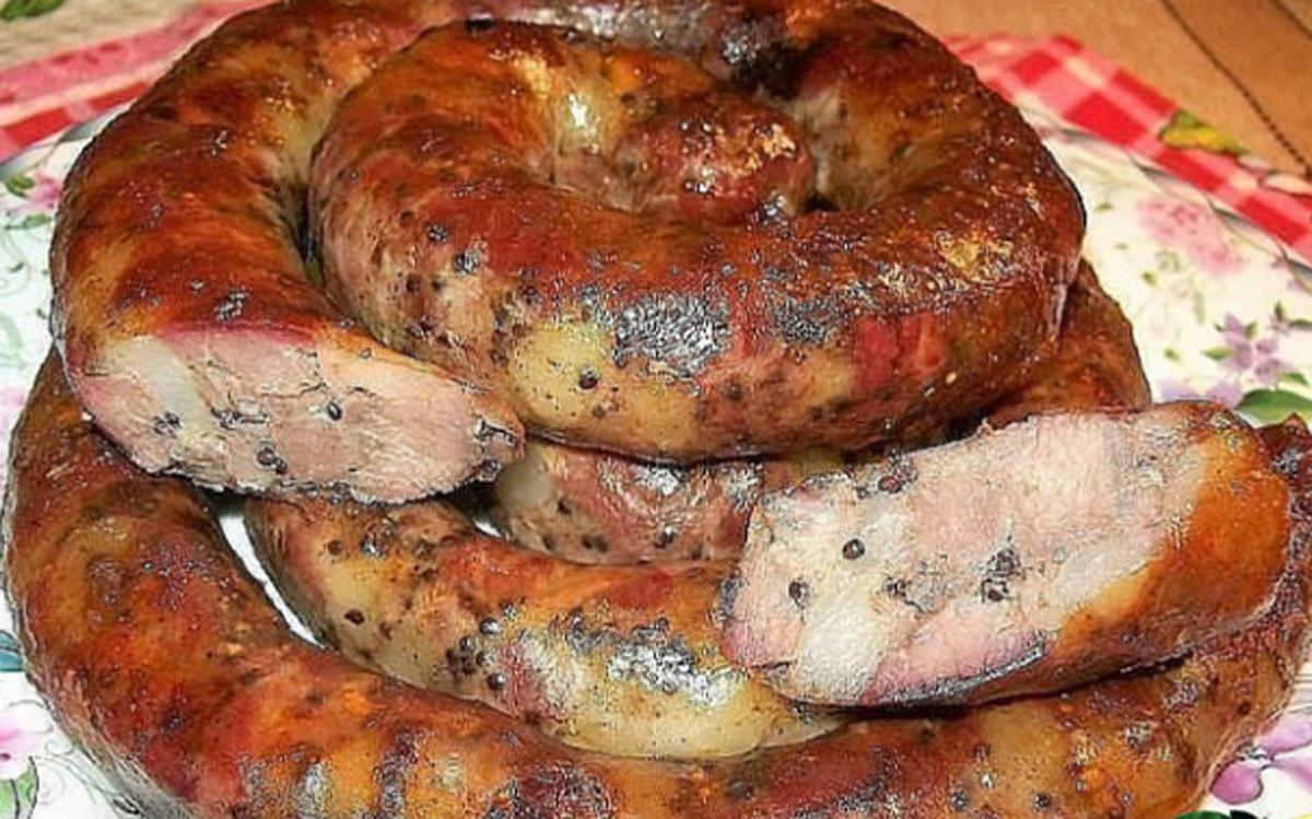 Cârnați de pui delicioși, pregătiți în condiții casnice! Se gătesc rapid și dispar imediat de pe masă!