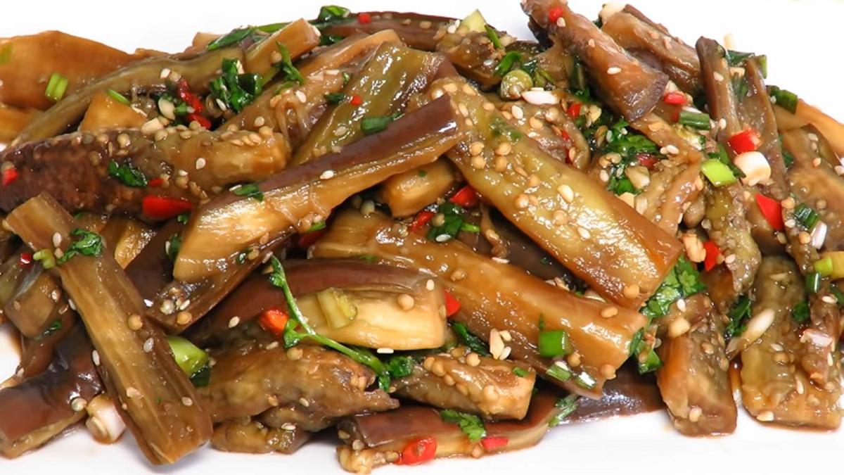 Salată coreeană cu vinete – cea mai bună salată pentru un picnic! Se combină perfect cu carnea la grătar!