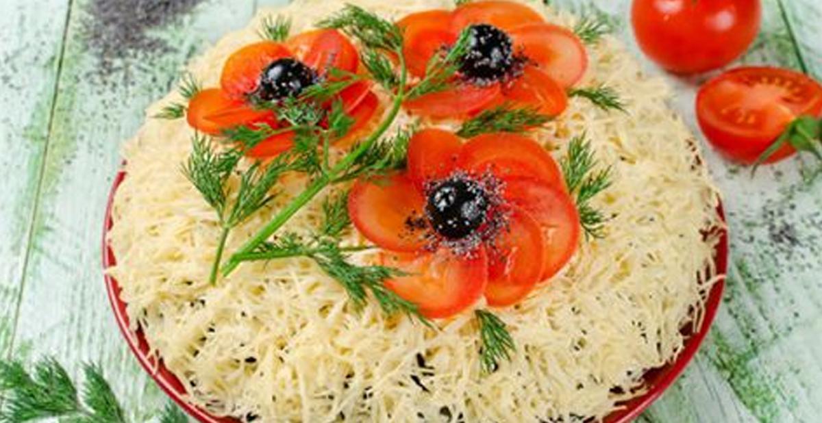 """Salată în straturi """"Flori de mac"""""""