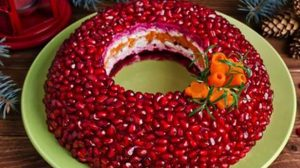 """Salată în straturi cu pui """"Brățara roșie"""" – arată senzațional și va ademeni toți musafirii să o încerce!"""