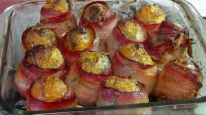 Cartofi copți înveliți în bacon – sunt atât de gustoși…