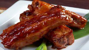 Coaste de porc caramelizate. Tot secretul constă în sosul deosebit!