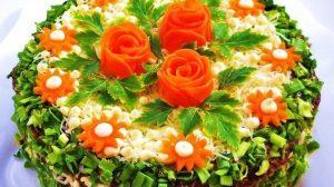 Salata delicioasă în straturi, cu pui și cașcaval – o adevărată vedetă pe masa de sărbătoare!
