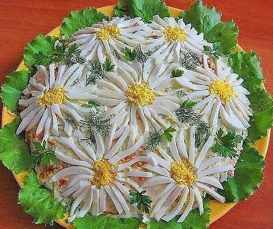 """Salată cu ficăței de pui """"Floare de mușețel"""" – arată perfect și gustul e pe cinste!"""