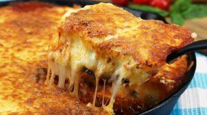 Cea mai gustoasă lasagna din cartofi: nimănui nu-i va trece prin cap că în interior e un piure banal