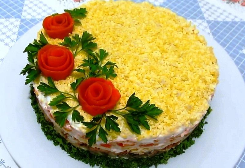 """Salata cu pește """"Mimoza"""" – mereu prezentă pe masa de Sărbători a rușilor, dacă o vei gusta, vei înțelege de ce…"""